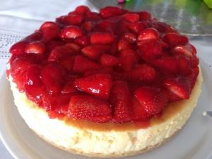 Shortbread-Mandel Cheesecake mit Erdbeerhaube